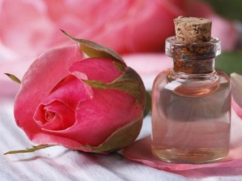 Uno degli oli essenziali per la pelle è quello alle rose