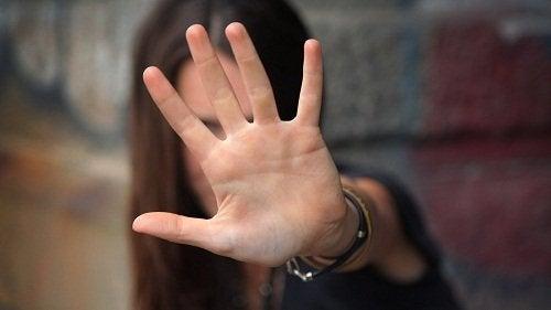 Ragazza che si protegge con la mano