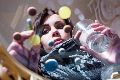 Donna che prende analgesici per combattere i dolori della sindrome premestruale