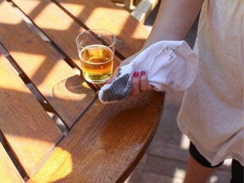 Birra per pulire il legno