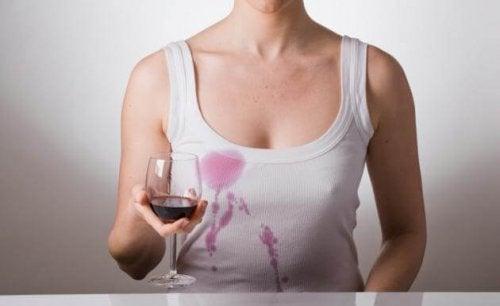Eliminare le macchie di vino rosso