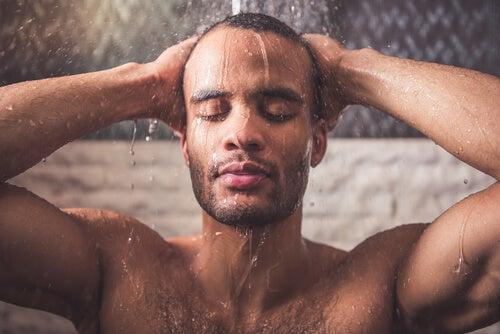 Uomo mentre fa una doccia