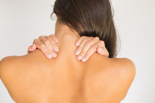 Donna con dolori alla cervicale