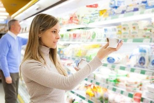 Donna al supermercato