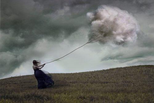 Donna con aquilone a forma di nuvola