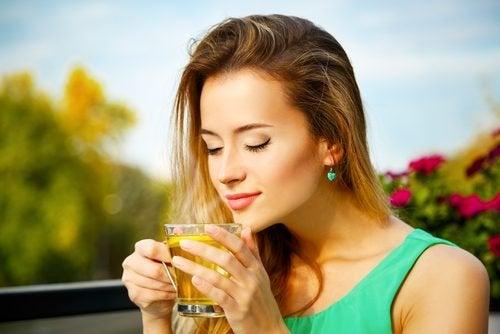 Donna che beve del tè