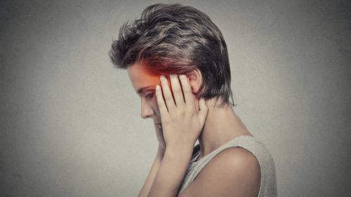 Donna con mal di testa notturno