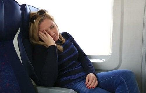 Donna che dorme in aereo