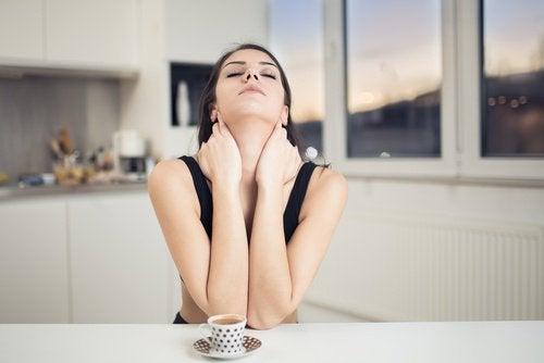 Donna che fa degli esercizi per il collo