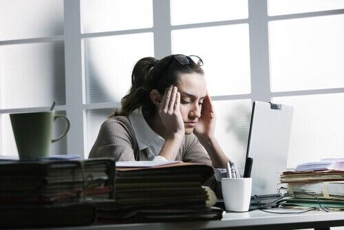 Donna in ufficio con mal di testa