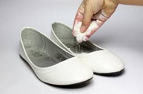 Eliminare il cattivo odore dalle scarpe con bicarbonato di sodio