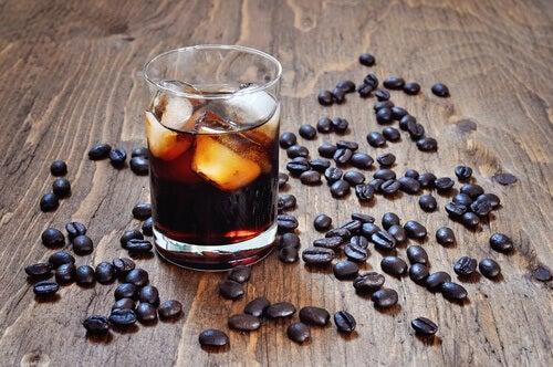 Evitare il consumo di alcolici e caffeina