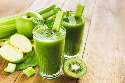 Frullati verdi a base di kiwi e mele verdi