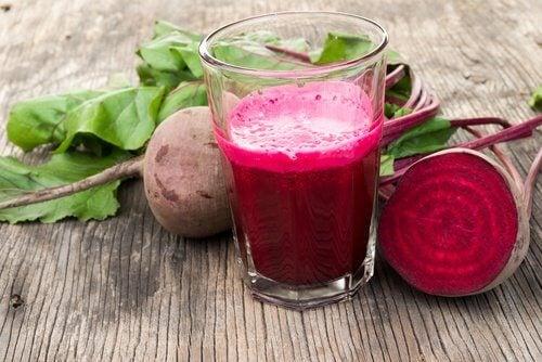 Il succo di barbabietola è una delle migliori bevande medicinali per depurare il sangue