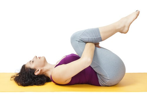 Donna che pratica un esercizio per allungare i muscoli