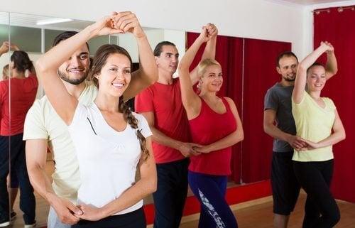Uomini e donne che ballano