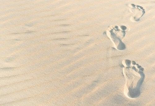 impronte su sabbia bianca