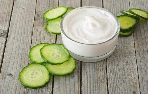 Yogurt naturale e cetriolo contro le macchie del viso