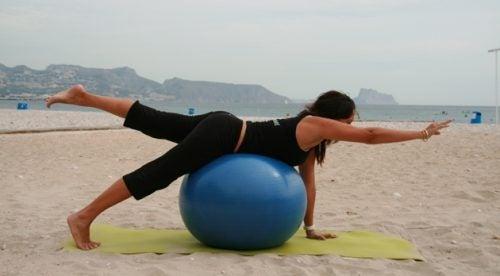 Esercizi con arti opposti, poggiando il ventre su una palla