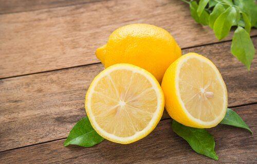 Limone diviso a metà sul tavolo