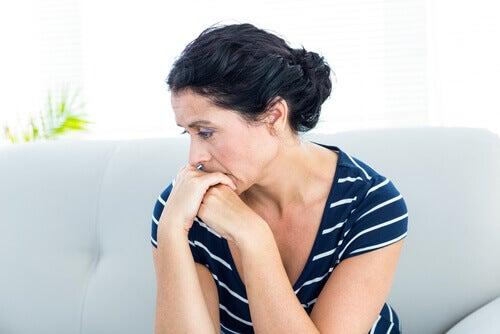 Donna pensierosa che vorrebbe vivere senza ansia