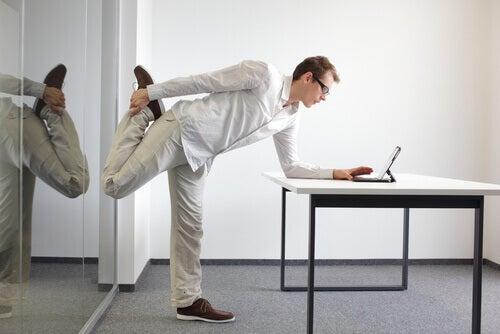 Uomo che pratica un esercizio per allungare i muscoli delle gambe