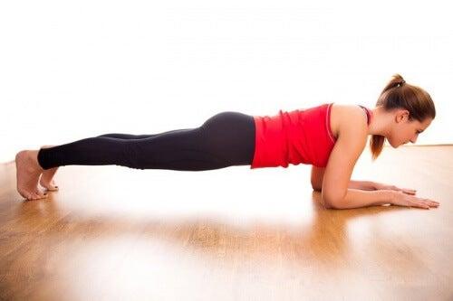Donna in posizione plank per tonificare gli addominali