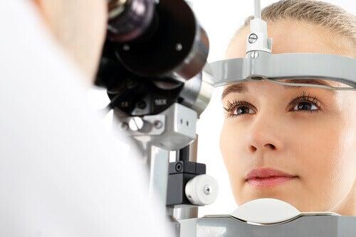 Donna con problemi alla vista che effettua un esame