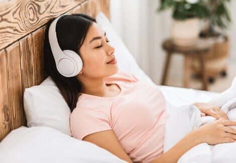 Diventare una persona più tranquilla: ragazza che ascolta musica rilassante.
