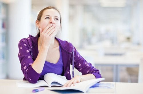 una stanchezza insolita può essere uno dei sintomi di uno squilibrio ormonale