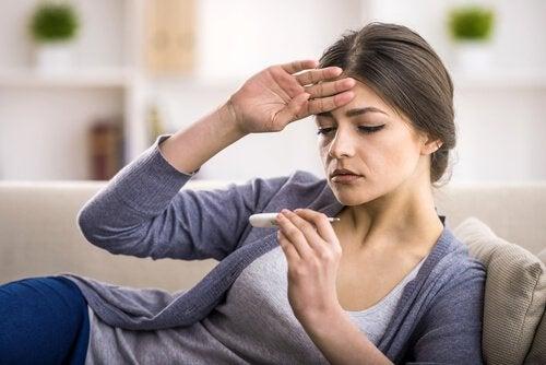 Ragazza che si misura la febbre