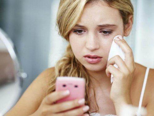 Ragazza che piange con cellulare