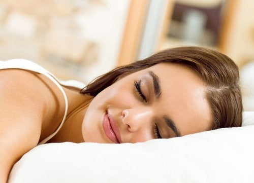Ragazza sorridente che dorme