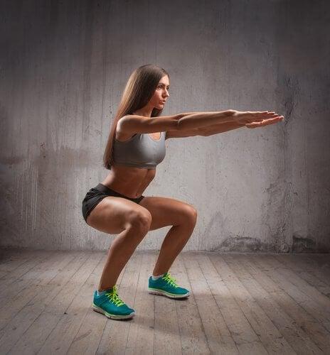Ragazza esegue uno squat