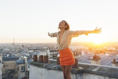 Donna felice sopra un tetto