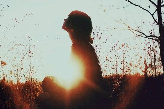 Ragazza medita in uno dei suoi momenti di solitudine.