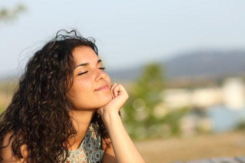 Ragazza rilassata che pensa a sé stessa ed è contenta della sua vita