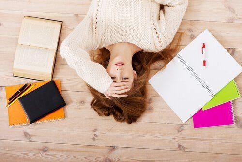 Ragazza stanca con quaderni