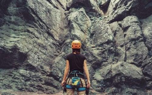Ragazza scalatrice davanti ad una montagna