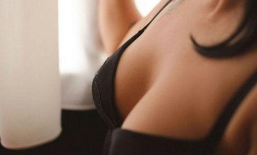 i cambiamenti nelle dimensioni del seno possono essere dovuti a uno squilibrio ormonale
