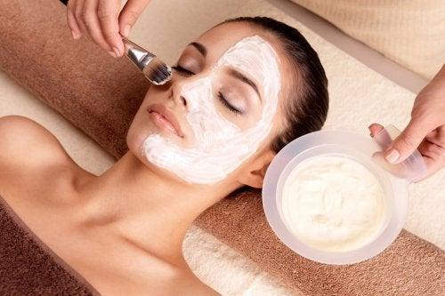 La maschera all'uovo e all'avena è l'ideale per restringere i pori dilatati