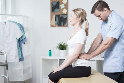 Uomo che pratica massaggi su una donna