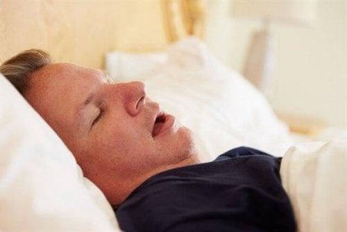 Uomo che dorme con la bocca aperta