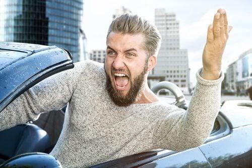 Uomo che grida in macchina
