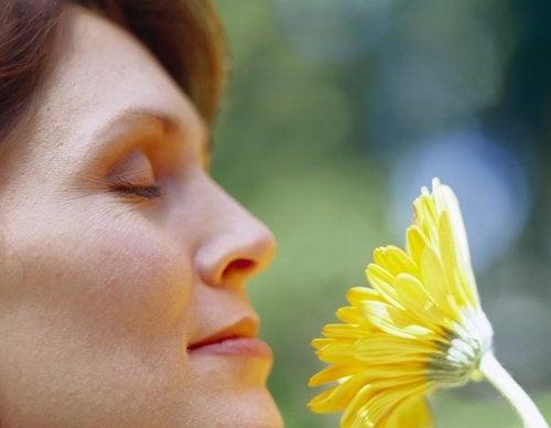 Donna annusa un fiore