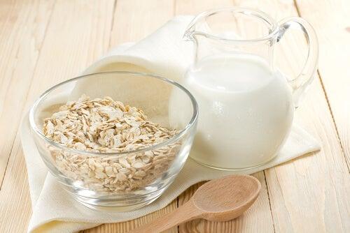 Bere latte di avena è importante. Per chi lo desidera, è possibile assumerlo anche sotto forma di frullato