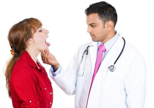 Medico visita una paziente