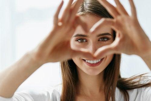 Ragazza fa un cuore con le mani