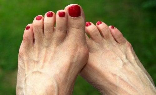 piedi con smalto rosso sulle unghie