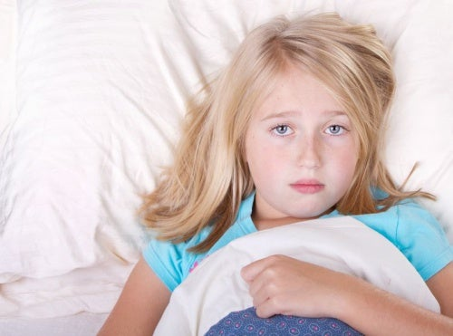 Bambina a letto sveglia